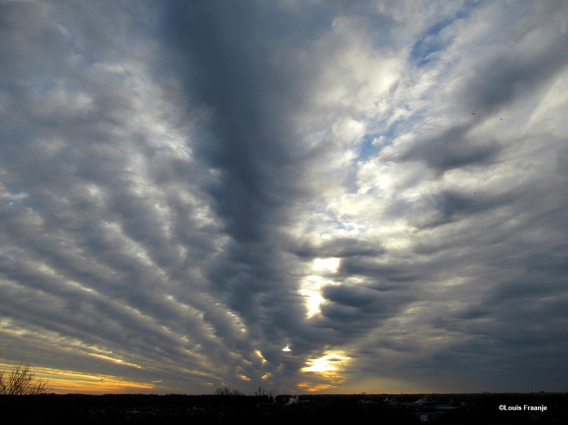 Een schitterende waaier van wolken aan de hemel - Foto: ©Louis Fraanje