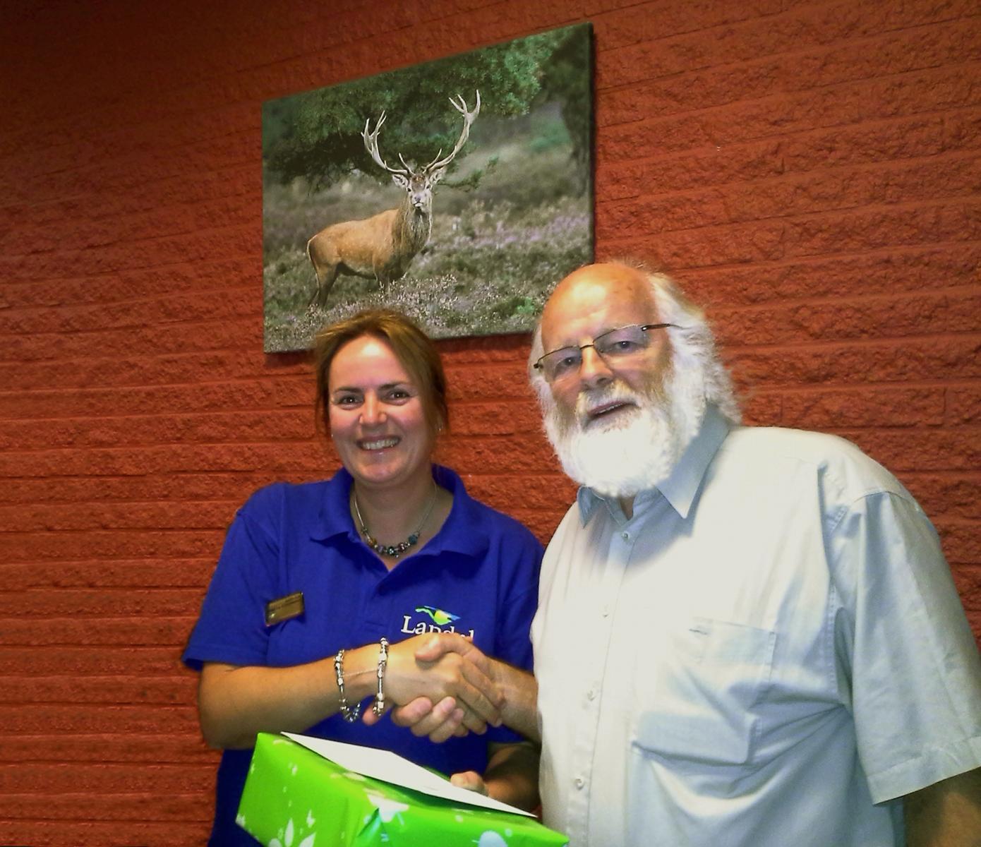 Judith Kok overhandigd het cadeau aan natuurgids Louis Fraanje - Foto: ©Landal GreenParks De Miggelenberg