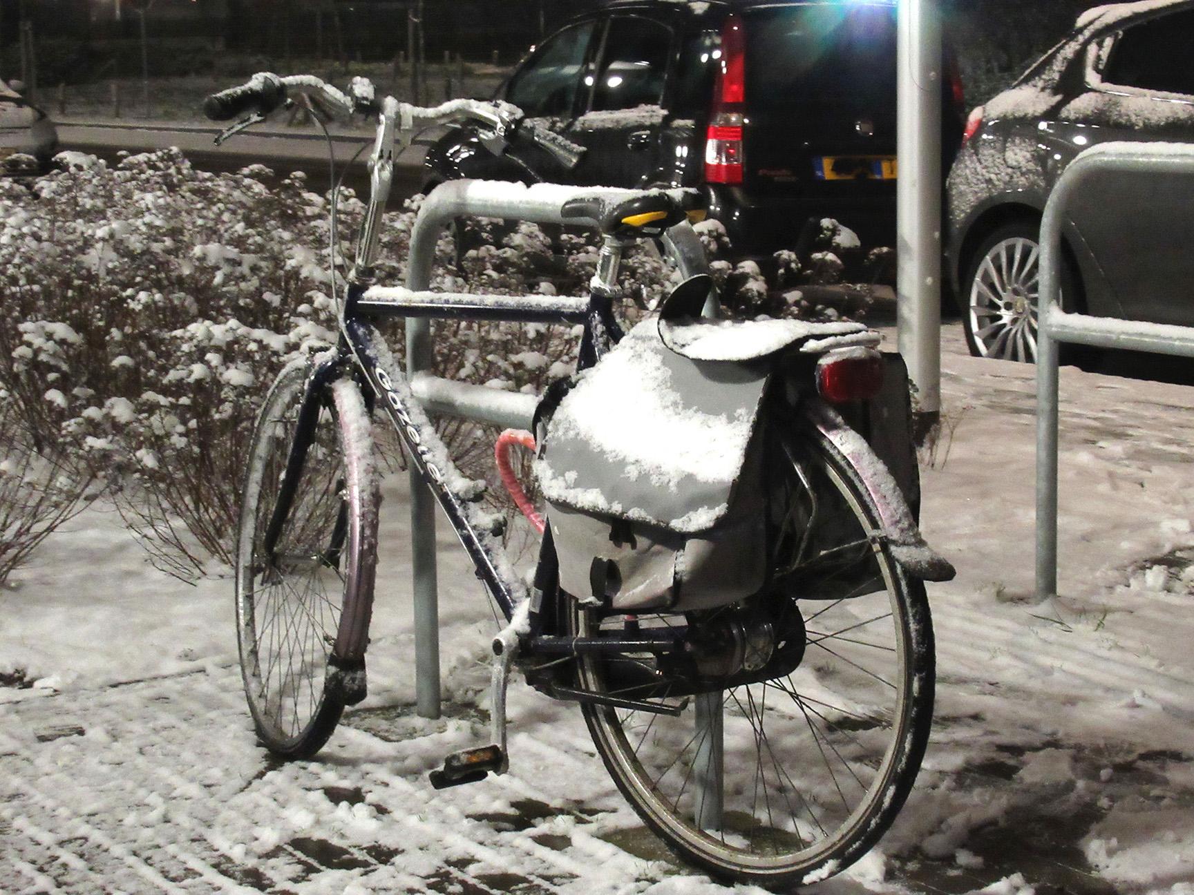 En dan staat daar een fiets... eenzaam in de sneeuw achtergebleven - Foto: ©Fransien Fraanje