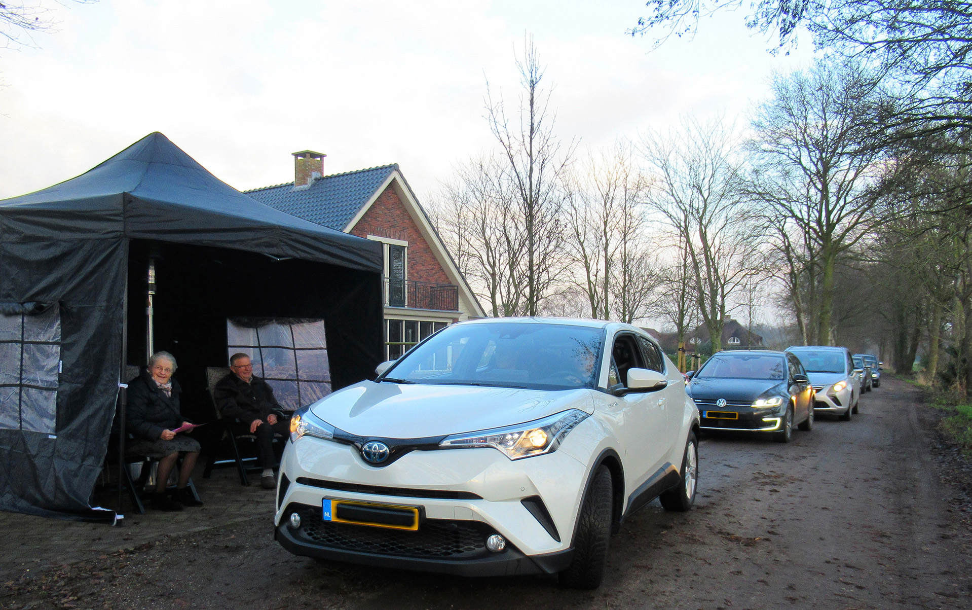 Op Nieuwjaarsdag stond de Broekweg in Stroe vol met auto's - Foto: ©Fransien Fraanje
