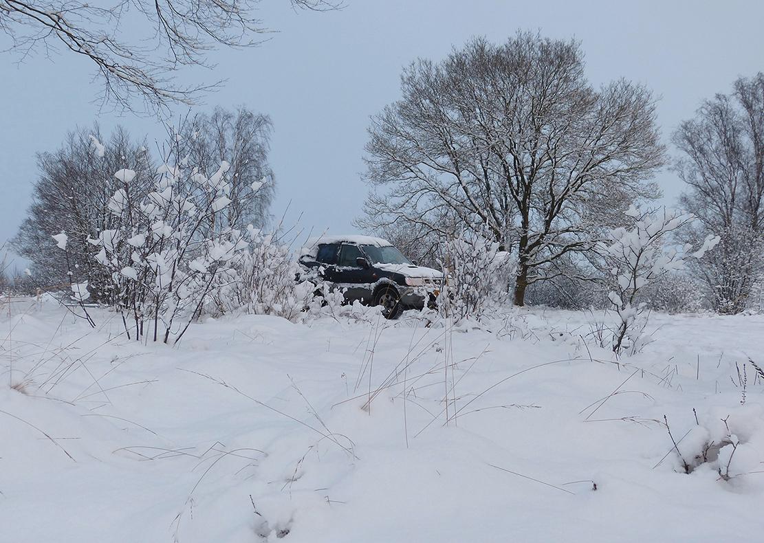 Onze jeep is bijna onvindbaar geworden in de sneeuw - Foto: ©Louis Fraanje