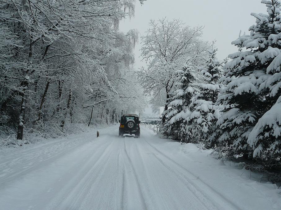 We rijden achter de jeep van Jacob de jachtopzichter naar zijn huis - Foto: ©Louis Fraanje