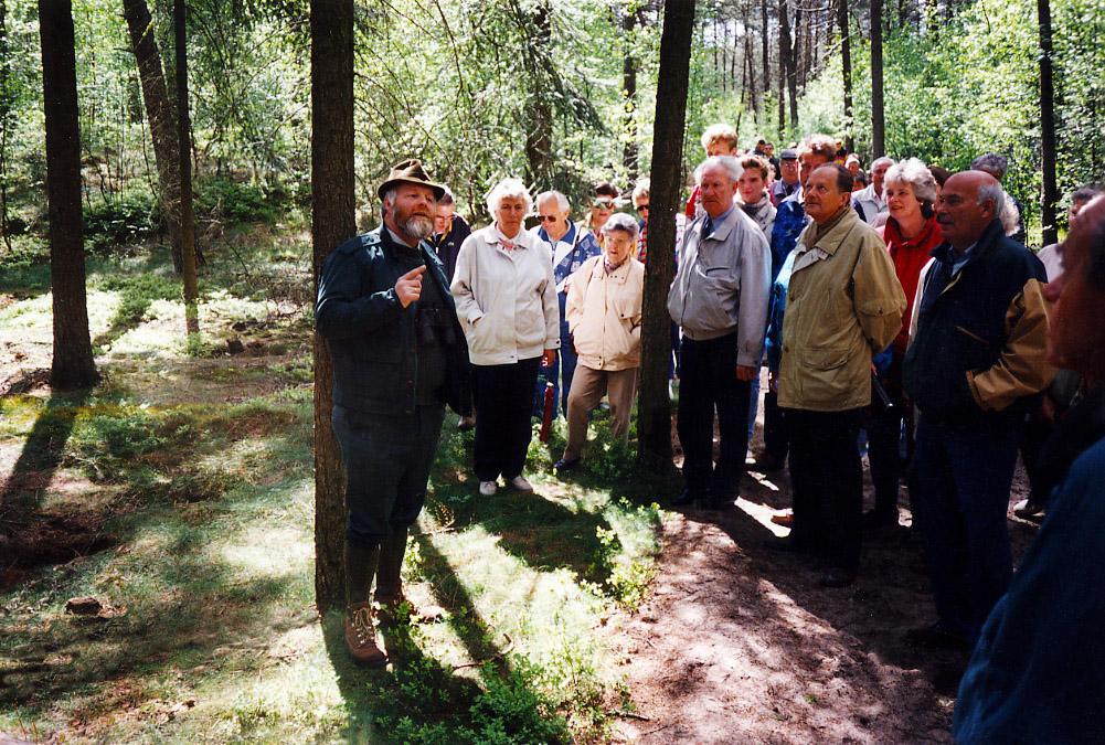 In het Hoenderlose Bos met een grote groep wandelaars - Foto: ©Jac. Gazenbeekstichting