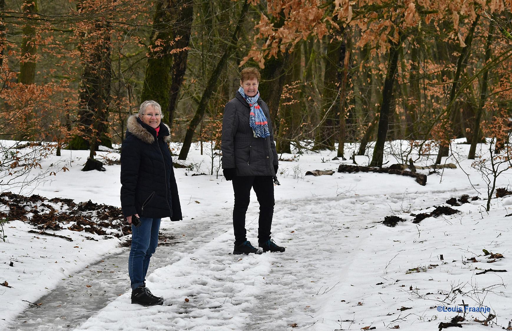 Fransien en Jannie genieten zichtbaar van de laatste sneeuw in het bos - Foto: ©Louis Fraanje