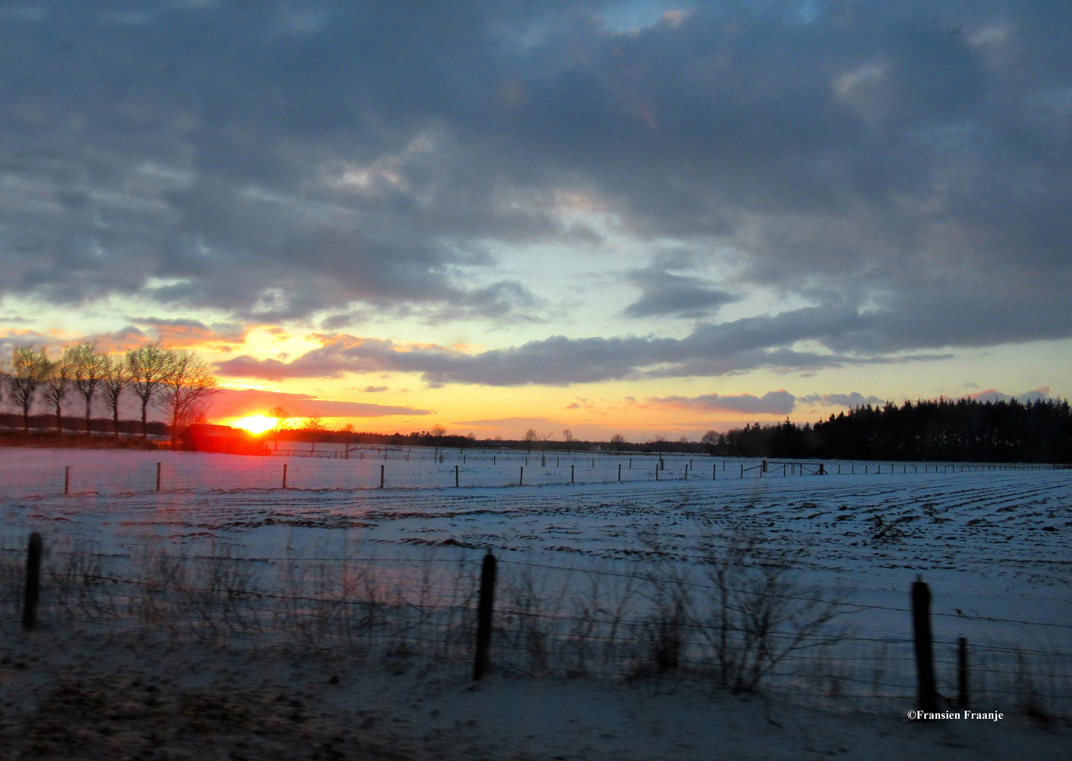 Een prachtige zonsondergang in een winters landschap - Foto: ©Fransien Fraanje