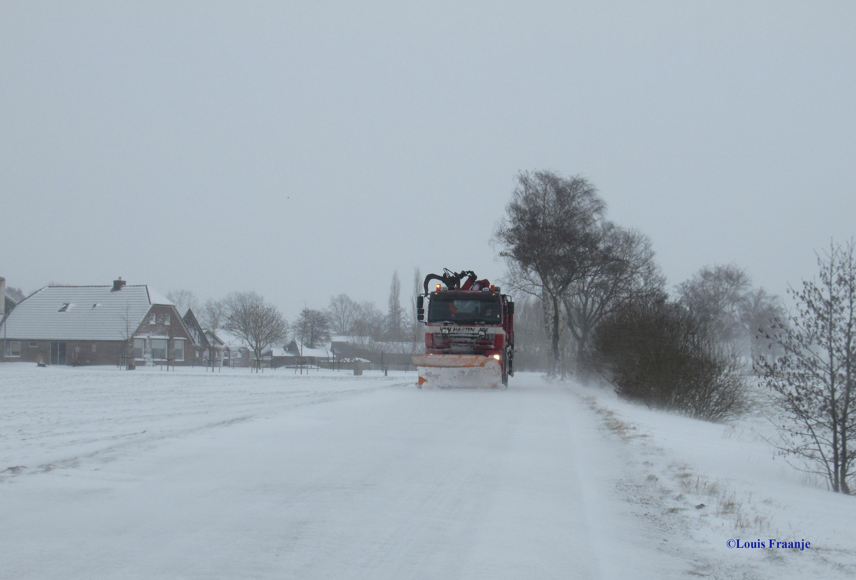 Ontmoeting op de Meentweg met de grote jongens op de sneeuwschuiver en strooiwagens! Ja... die zijn er maar druk mee, petje af mannen voor jullie! - Foto: ©Louis Fraanje