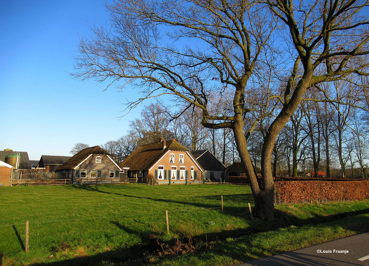 En dan weer langs de Hessenweg zo'n prachtige boerderij aan de linkerkant, net voor de kruising met de Woudseweg - Foto: ©Louis Fraanje