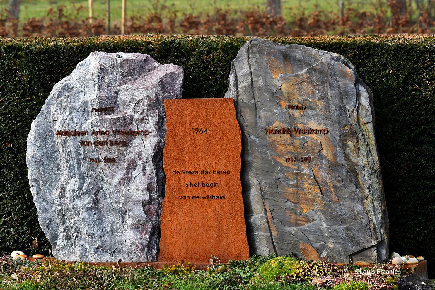 Dan staan we samen in de 'stilte' van de begraafplaats bij het graf van onze inmiddels overleden 'hechte' vrienden Henk en Marjo Vreekamp. Een moment van bezinning en overdenking, het doet ons terugdenken aan hoe het was. - Foto: ©Louis Fraanje -