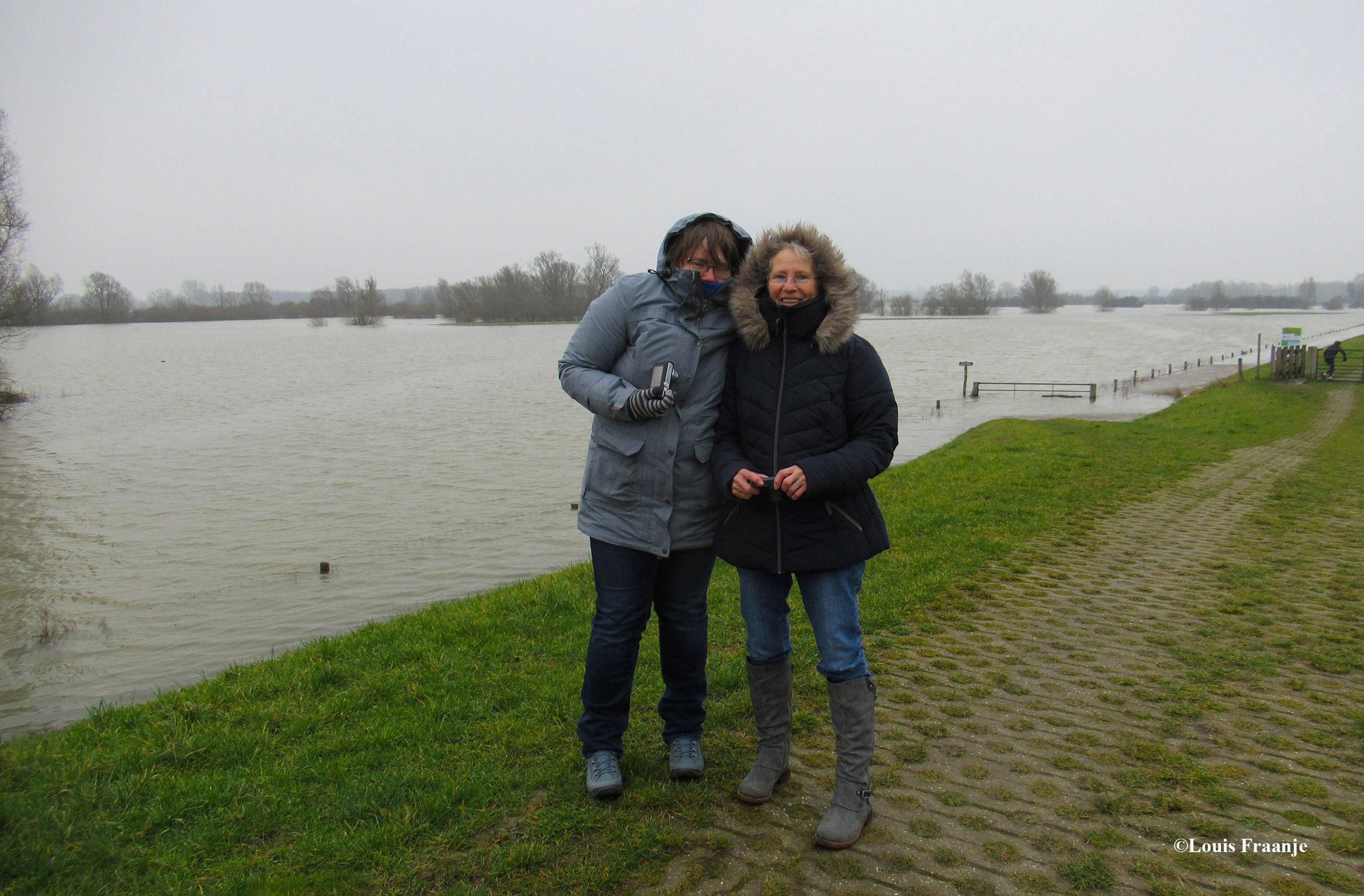 Oef wat was het koud met die straffe wind op de dijk, Thea en Fransien laten dat even zien - Foto: ©Louis Fraanje