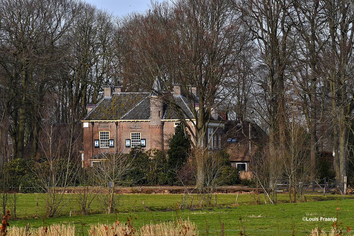 Aan de achterzijde van de begraafplaats kijken we op het Oude Landhuis De Morren - Foto: ©Louis Fraanje
