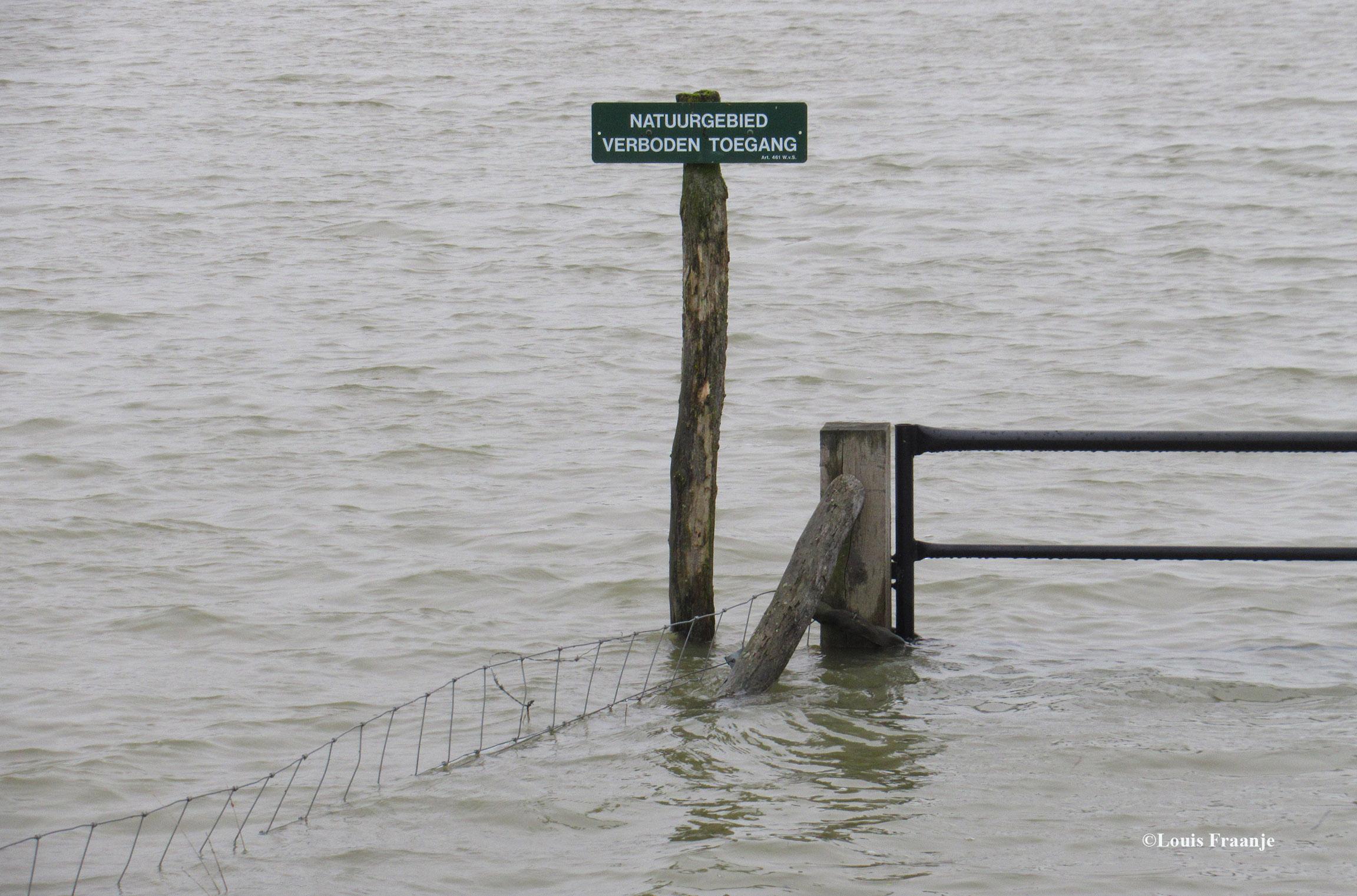 Ook hier weer de bekende humor in het water. En... dat je er niet in mag, dat staat - letterlijk en figuurlijk - als een 'paal' boven water! - Foto: ©Louis Fraanje