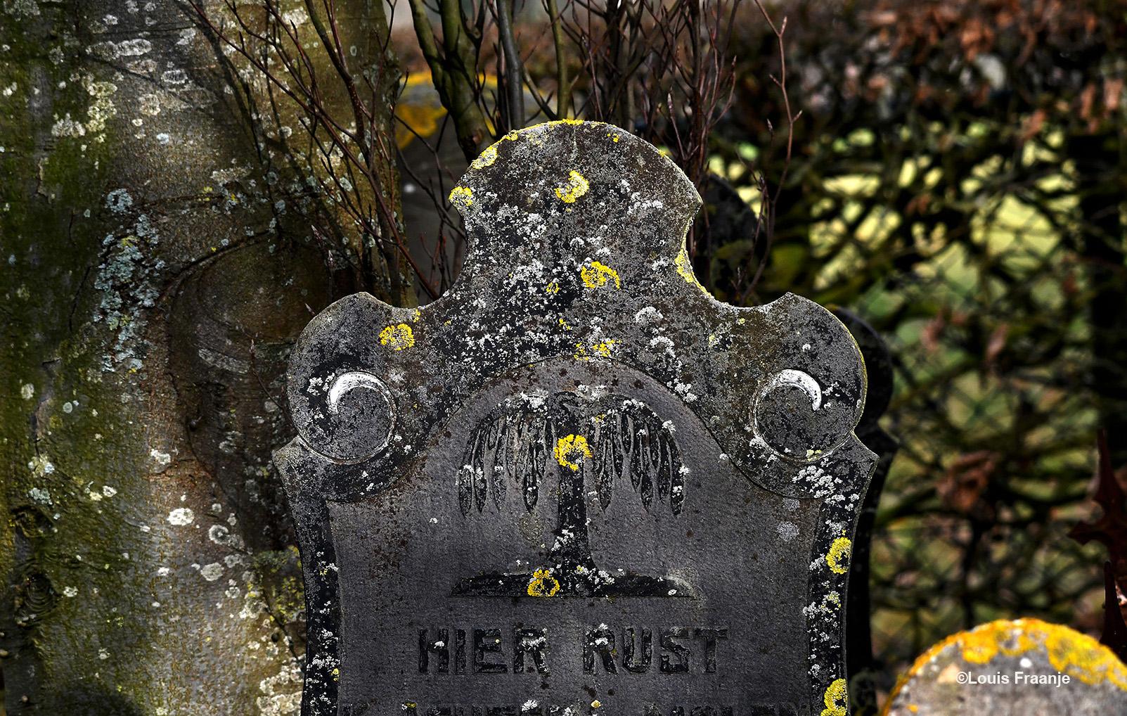 De vele grafstenen hebben vaak deze tekst als inleiding.... daar hoef ik verder weinig aan toe te voegen... Dat spreekt voor zich hier in de stilte van de begraafplaats - Foto: ©Louis Fraanje