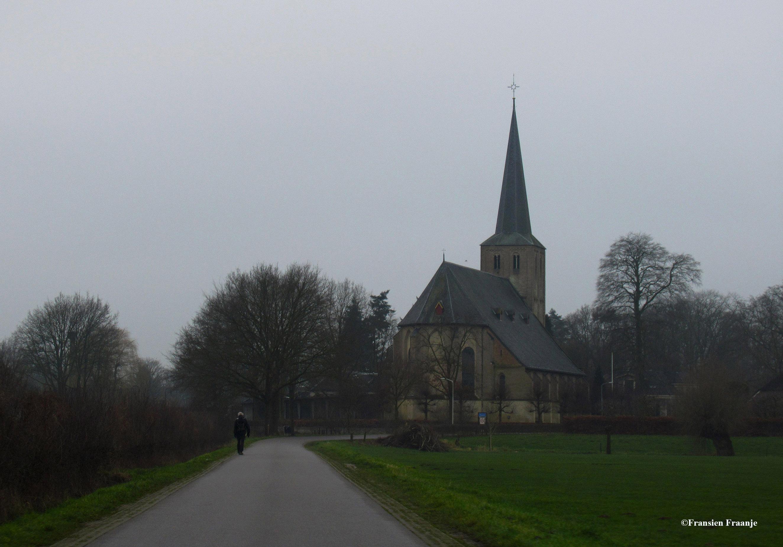 De hervormde kerk in de Gelderse plaats Voorst is een 15e-eeuwse driebeukige kerk met een in de 12e-eeuw gebouwde toren. Al in de 9e of de 10e eeuw was er sprake van een kerkgebouw in Voorst, gesticht door de Abdij van Prüm. De tufsteen toren dateert uit de 12e eeuw. In die tijd werd de houten kerkgebouw vervangen door een gebouw van tufsteen. In de 15e eeuw werd de huidige kerk gebouwd, achtereenvolgens verrezen het koor en het pseudobasilikale schip en daarna werd de toren verhoogd. Voor de bouw van deze kerk werd baksteen gebruikt, waarbij de oude tufsteen van de afgebroken kerk hergebruikt werden voor de bekleding van de buitenzijde van de kerk. Oorspronkelijk was de kerk gewijd aan de Heilige Drievuldigheid. Een bijzonder element in de kerk is een fresco uit 1566 met de afbeelding van een abt. De preekstoel dateert uit de 17e eeuw. Het orgel werd in 1843 gebouwd door Carl Friedrich August Naber uit Deventer. In de kerk bevindt zich het rouwbord van Andries Schimmelpenninck van der Oye (1705-1776), een invloedrijke Veluwse edelman in dienst van de stadhouders Willem IV en V.[1] De kerk is erkend als rijksmonument en werd in 1971 ingeschreven in het monumentenregister. De kerk wordt gebruikt door de Protestantse Gemeente van Voorst. - Foto: ©Fransien Fraanje