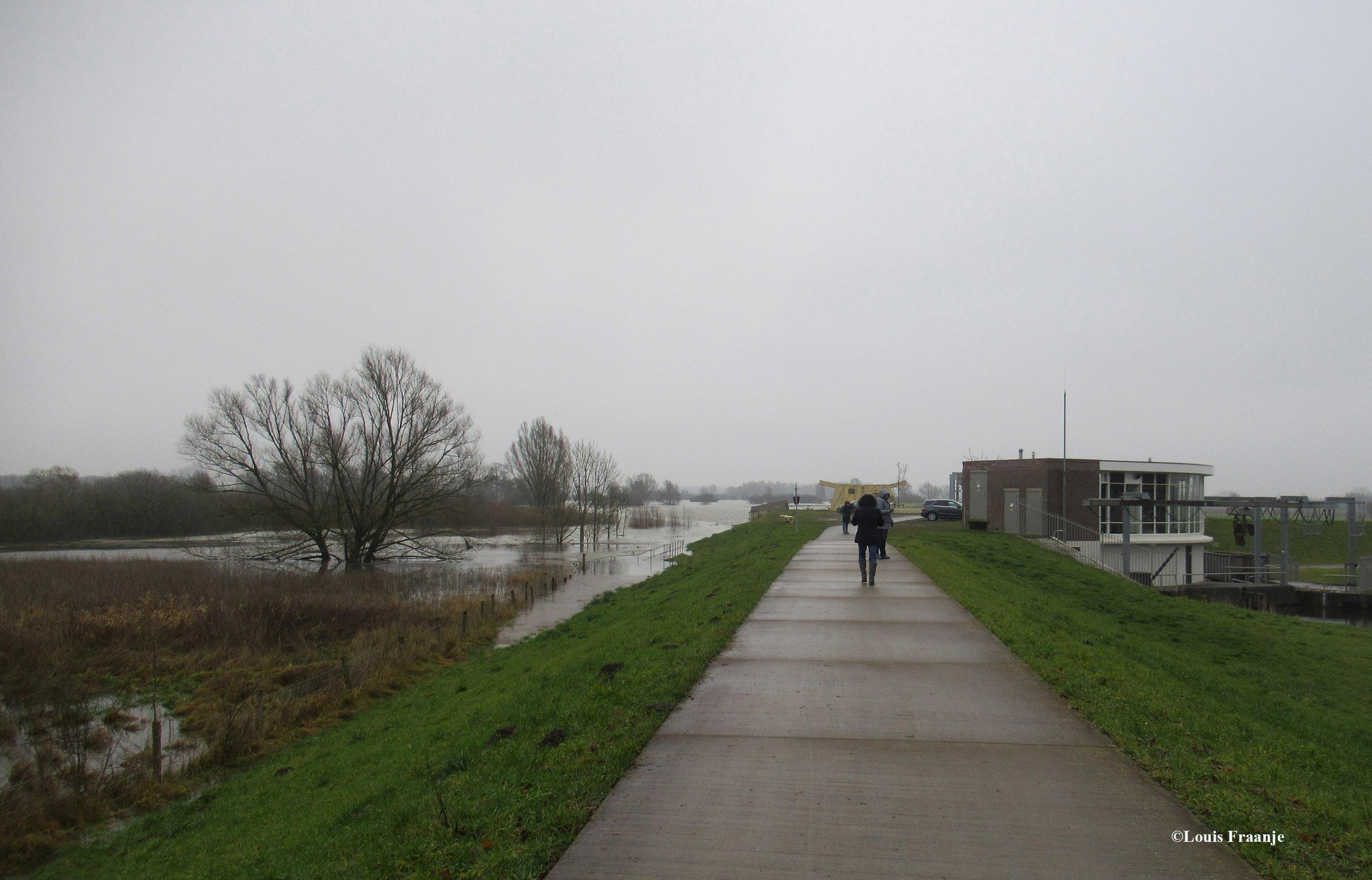Wandelen over de dijk met rechts het gemaal Nijenbeek - Foto: ©Louis Fraanje