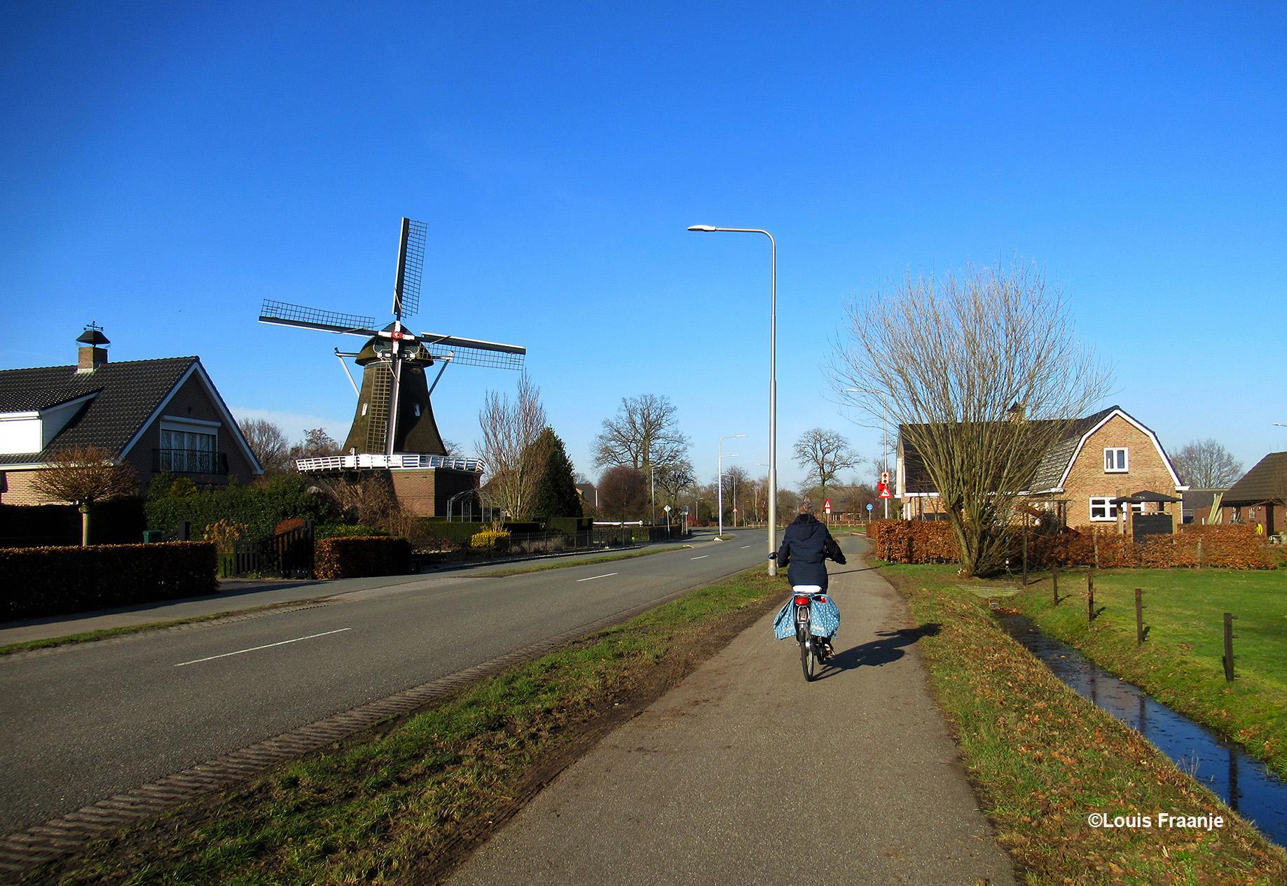 Hier fietst Fransien ter hoogte van de Walderveense molen, een herkenbaar punt voor ons - Foto: ©Louis Fraanje
