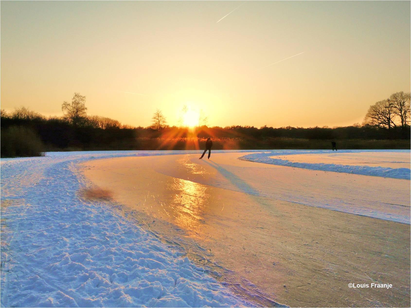 De schaatser komt de bocht door bij ondergaande zon - Foto: ©Louis Fraanje