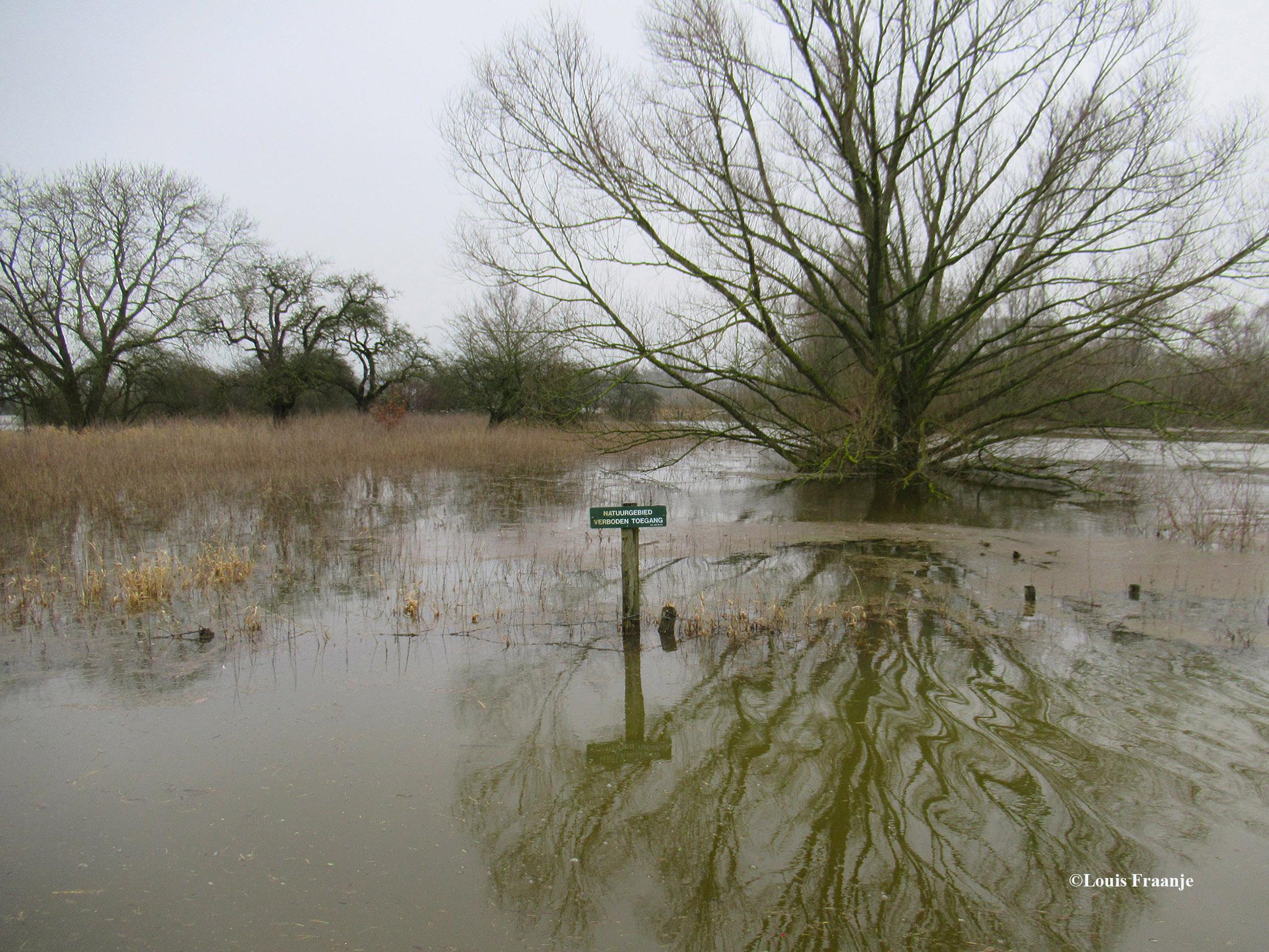 """Op het bord staat vermeld """"Natuurgebied Verboden Toegang"""" maar ja... we kunnen er nu toch niet lopen dus... echt humor. - Foto: ©Louis Fraanje"""