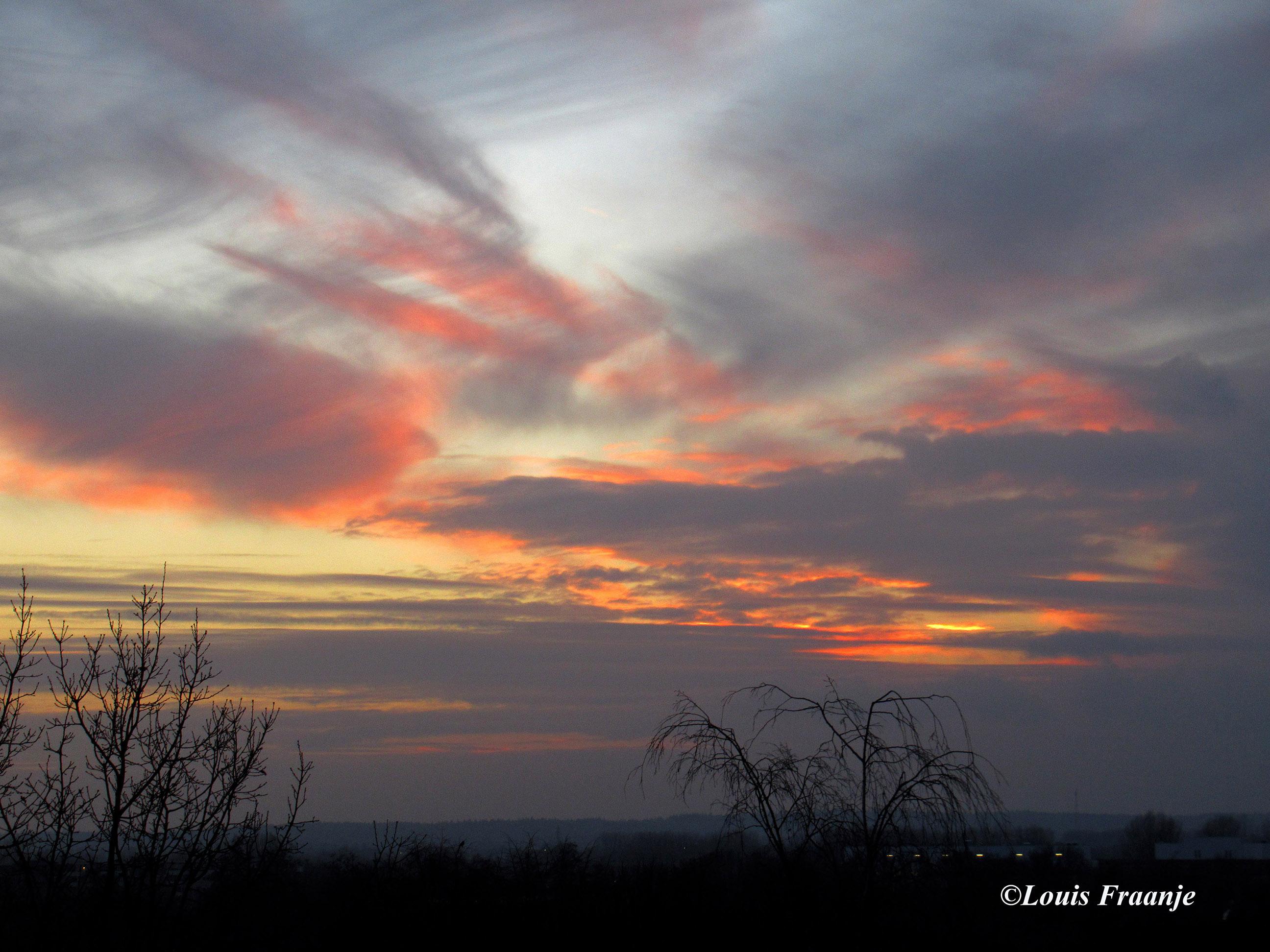Prachtige avondhemel om 17.35 uur boven de Grebbeberg bij Rhenen - Foto: ©Louis Fraanje