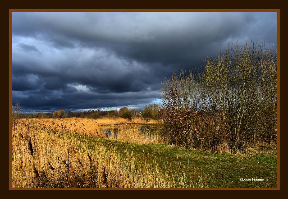 En dan komt er ineens een prachtige donkere wolkenlucht opzetten - Foto: ©Louis Fraanje
