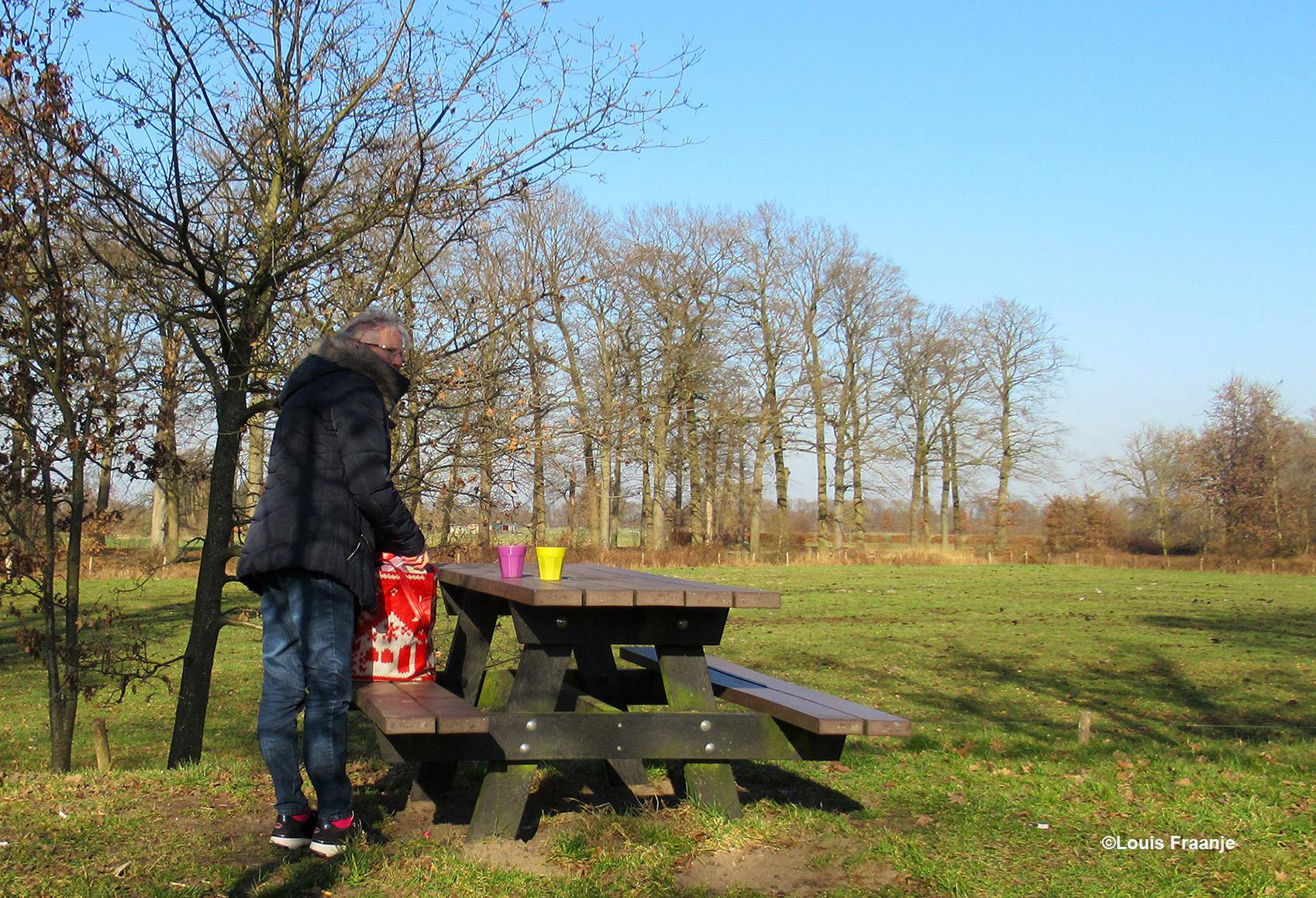 Vooraan in Renswoude lassen we een pitstop in, effe een bakkie leut van eigen makelij, op de achtergrond de bomenrij van het Nieuwe Werk - Foto: ©Louis Fraanje