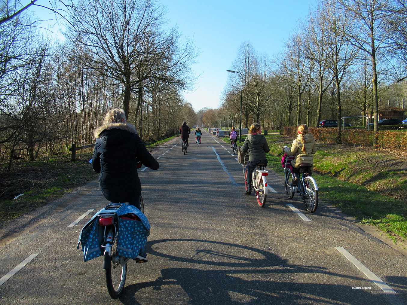 Op de Veenweg is het druk met fietsende schoolkinderen, die vanaf Ederveen naar Renswoude moeten - Foto: ©Louis Fraanje