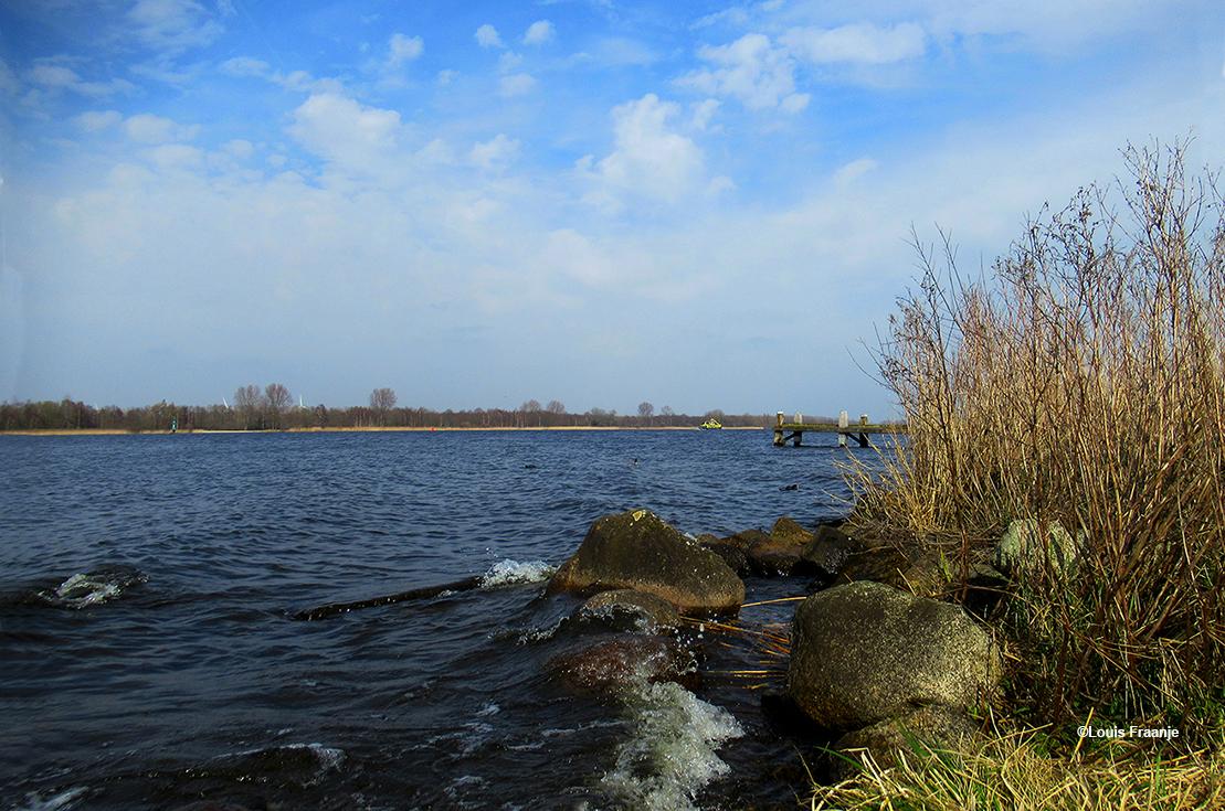 Het regelmatig klotsende water van het Nijkerkernauw geeft ons een rustgevend gevoel - Foto: ©Louis Fraanje