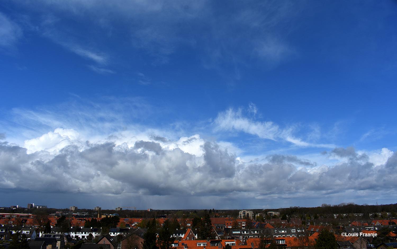 Een prachtige blauwe lucht, maar inmiddels kwamen de wolkenpartijen alweer aandrijven - Foto: ©Louis Fraanje