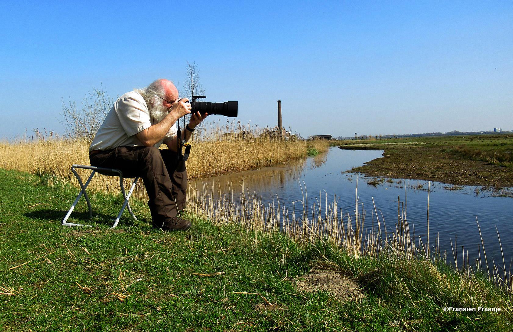 Op een krukje aan de waterkant in het heerlijke polderland. Met op de achtergrond het oude Stoomgemaal Hertog Reijnout - Foto: ©Fransien Fraanje