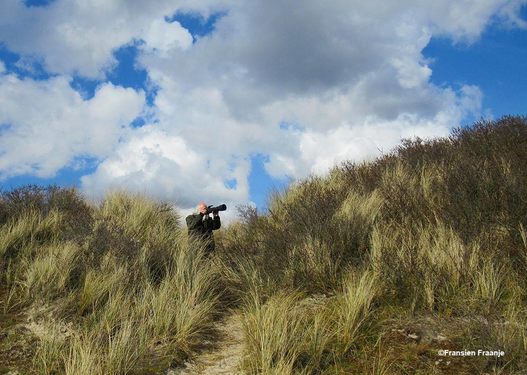 Louis op zwerftocht met zijn camera in de duinen - Foto: ©Fransien Fraanje