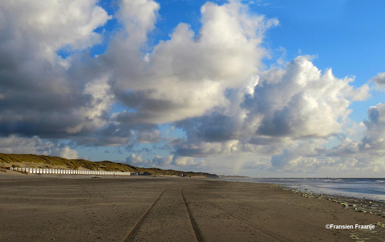 Mooie wolken aan de horizon om 19.25 uur op het strand - Foto: ©Fransien Fraanje
