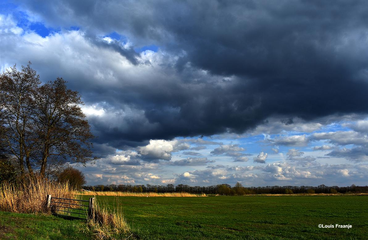 Mooie lucht aan de Voorsterweg net over de Voorsterbeek - Foto: ©Louis Fraanje