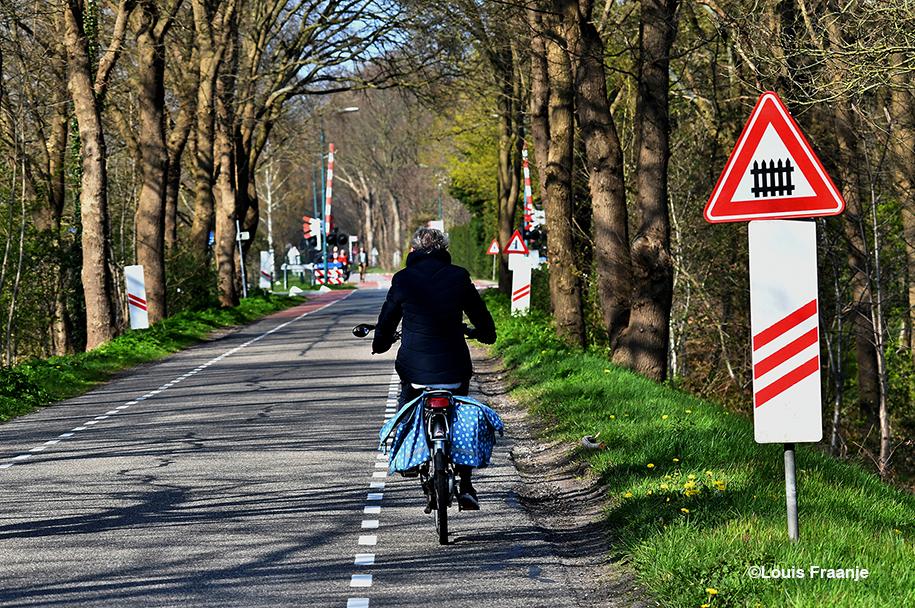 Fransien fietst over de Slaperdijk richting De Roode Haan, bij de spoorwegovergang Utrecht-Arnhem - Foto: ©Louis Fraanje