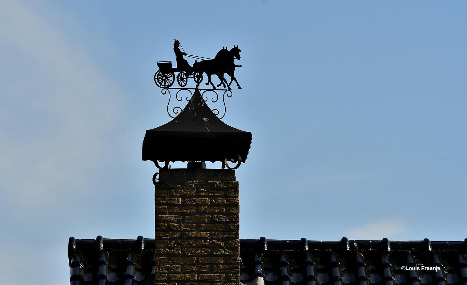 Een prachtige windwijzer bovenop de schoorsteen van een bungalow aan de Kooiweg - Foto: ©Louis Fraanje