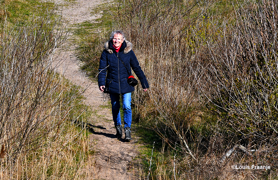 Fransien vind het heerlijk om te dwalen door de natuur op Texel - Foto: ©Louis Fraanje