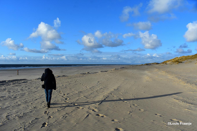 Fransien volgt haar schaduw op het verlaten strand, alleen de golfslag in de branding verbreekt hier de stilte! - Foto: ©Louis Fraanje