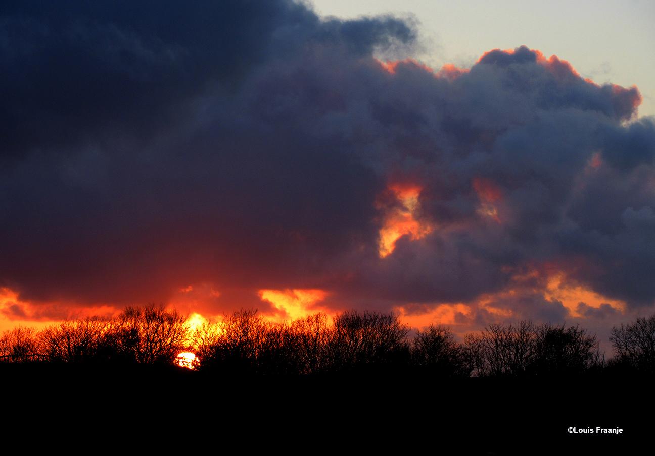 Een schitterende zonsondergang, met een mysterieuze wolkenlucht - Foto: ©Louis Fraanje
