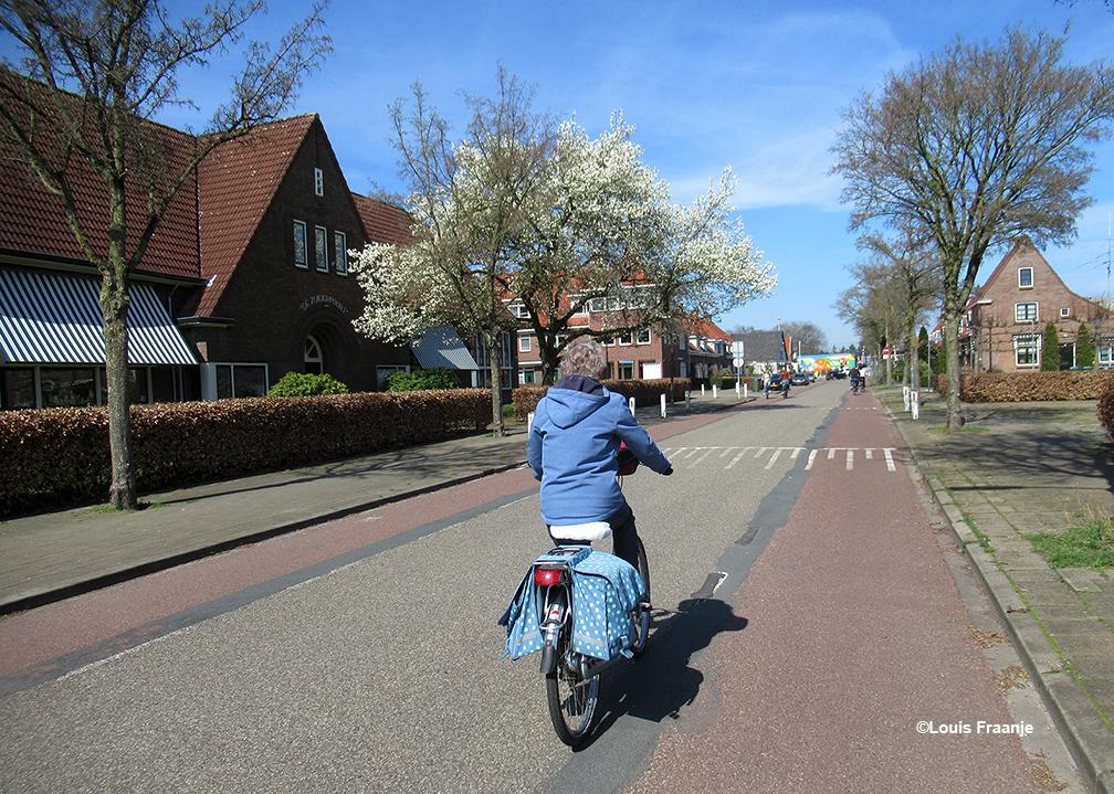 Op de fiets over de Kerkweg met links de oude school waar Jac. Gazenbeek nog voor de klas heeft gestaan - Foto: ©Louis Fraanje