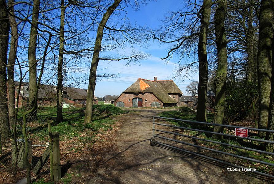 De oude boerderij van de inmiddels overleden gebroeders Engelenhoven aan de Lunterseweg 40 raakt steeds verder in verval. - Foto: ©Louis Fraanje