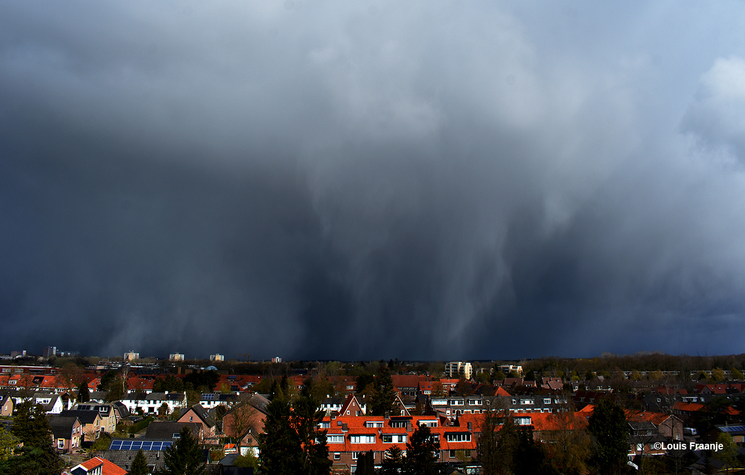 Een spectaculaire wolkenlucht ontwikkelt zich boven Ede-Zuid. Gezien vanaf de Willem Marisflat richting het noorden - Foto: ©Louis Fraanje