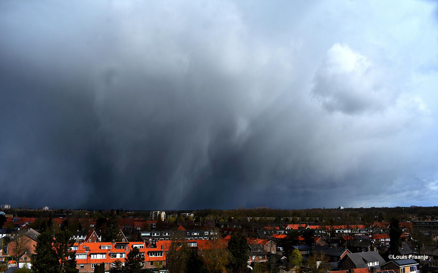 Zware buien drijven aan de horizon, met rechts de Klinkenberg flat - Foto: ©Louis Fraanje