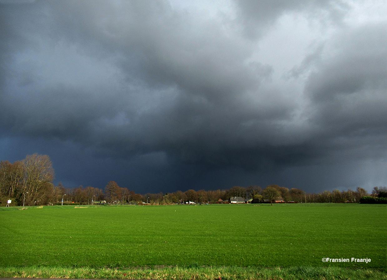 Donkere wolkenlucht vol met regen boven de weilanden bij Elburg - Foto: ©Fransien Fraanje