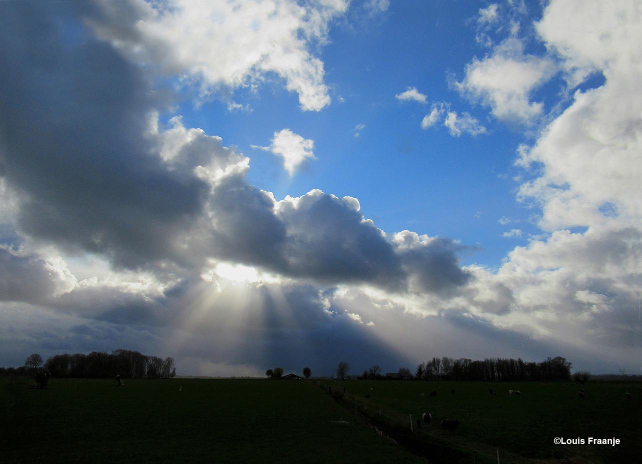 Tussen Oosterwolde en Kerkdorp klaarde het op en kwam de zon vanachter de wolken tevoorschijn - Foto: ©Louis Fraanje