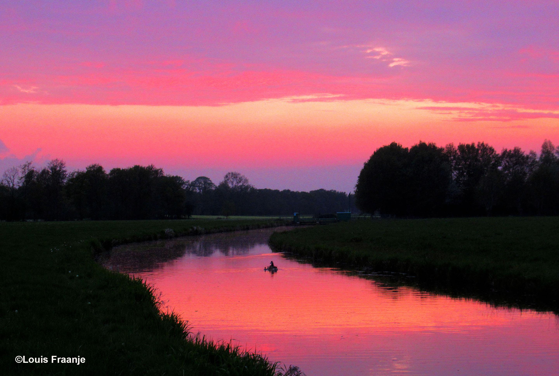 Het schitterende avondrood dat weerspiegelde in de Barneveldse Beek met het ganzengezinnetje - Foto: ©Louis Fraanje