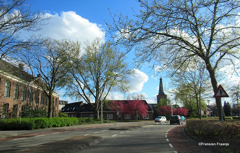 De Gasthuisstraat met links het Gasthuis en even verderop de Kerktoren van Barneveld - Foto: ©Louis Fraanje