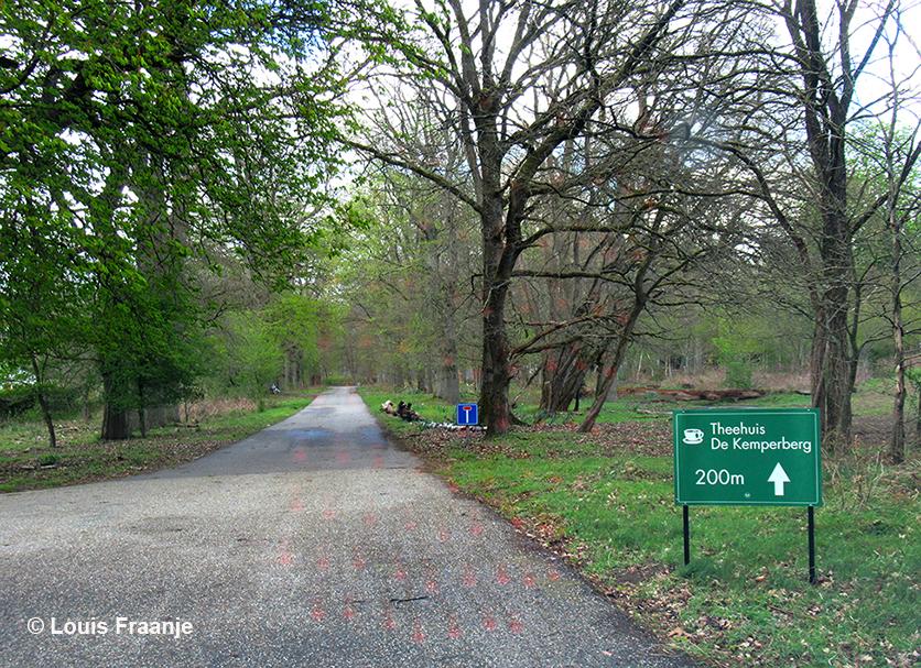 Naast de boerderij Everwijnserf zien we het bord van Theehuis De Kemperberg - Foto: ©Louis Fraanje