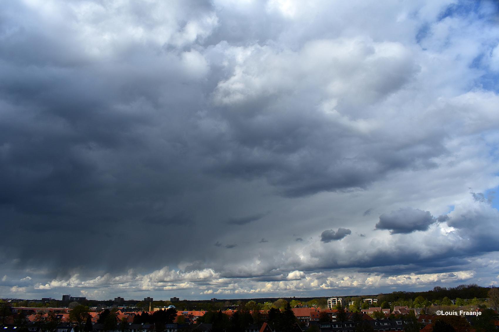 Prachtige wolkenluchten boven Ede-Zuid, waar je geen genoeg van kunt krijgen - Foto: ©Louis Fraanje