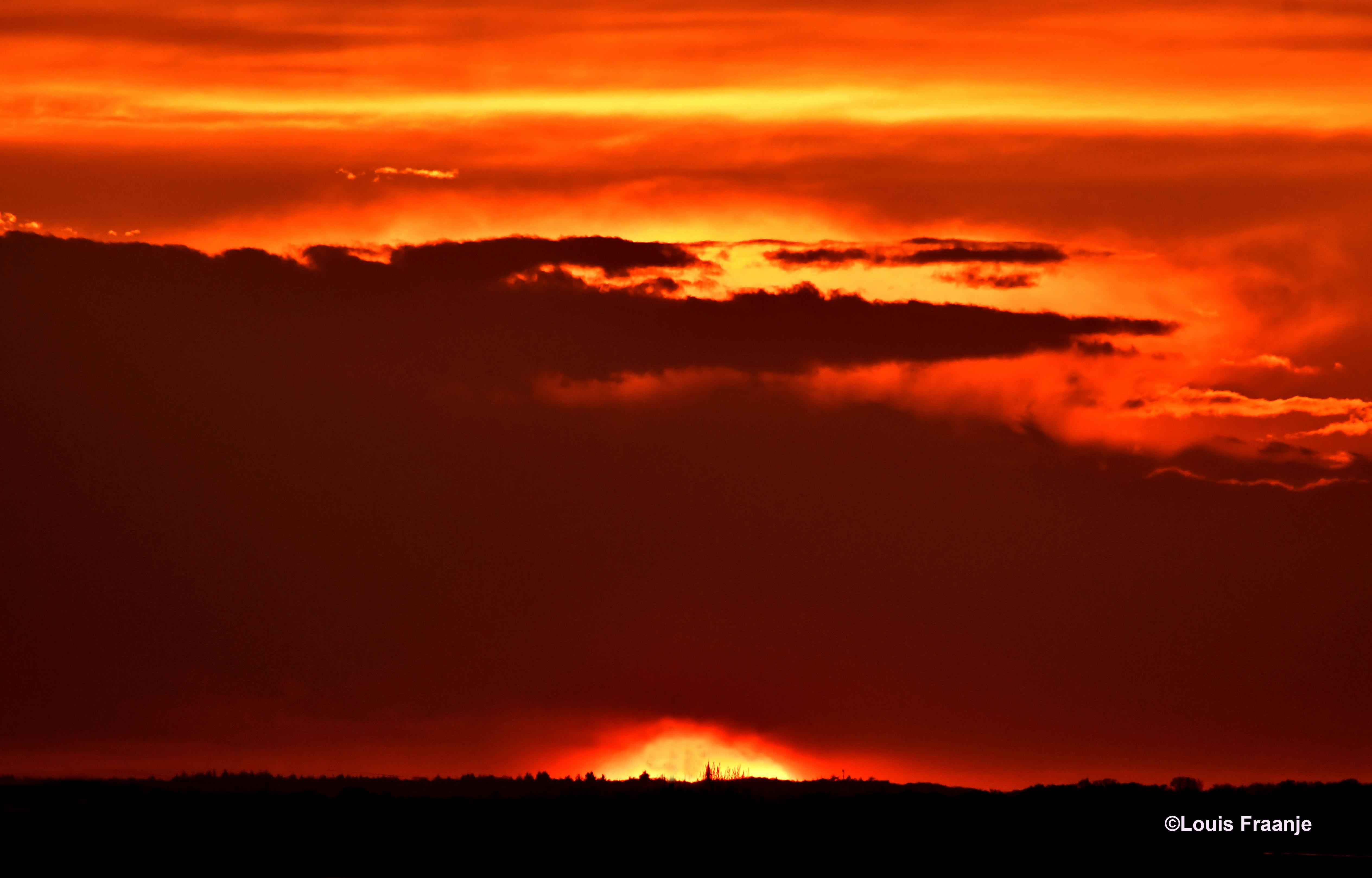 Prachtige avondlucht als de zon bijna achter de horizon is verdwenen op de Veluwe - Foto: ©Louis Fraanje