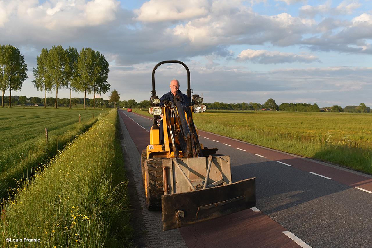 Op de Werftweg komt boer en natuurvriend Jan van Ginkel aanrijden met zijn shovel - Foto: ©Louis Fraanje
