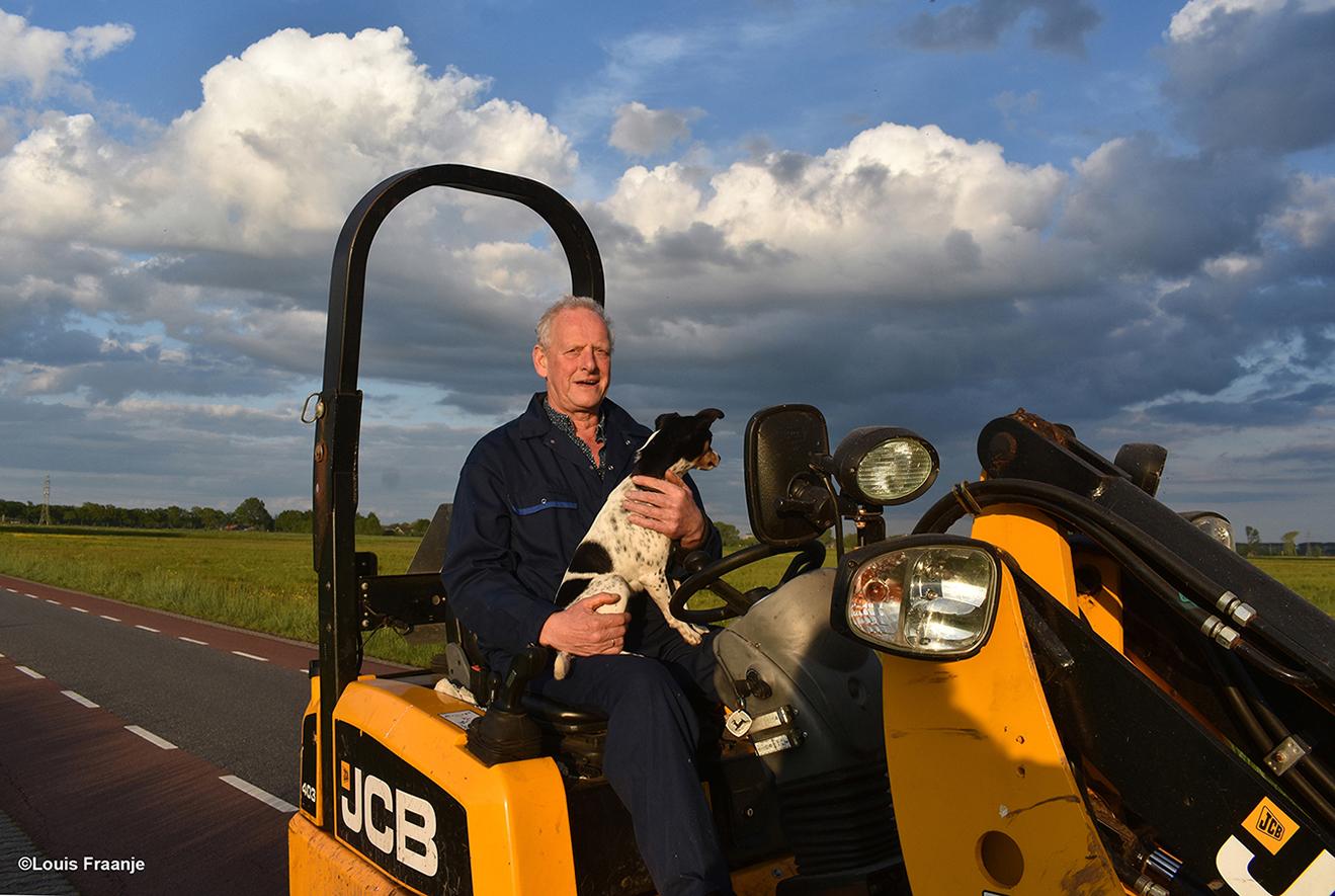 Hij is bezig aan zijn avondrondje langs de weilanden, samen met de hond Tess. En natuurlijk moeten we eventjes gezellig bijpraten, want Jan is een oude bekende - Foto: ©Louis Fraanje
