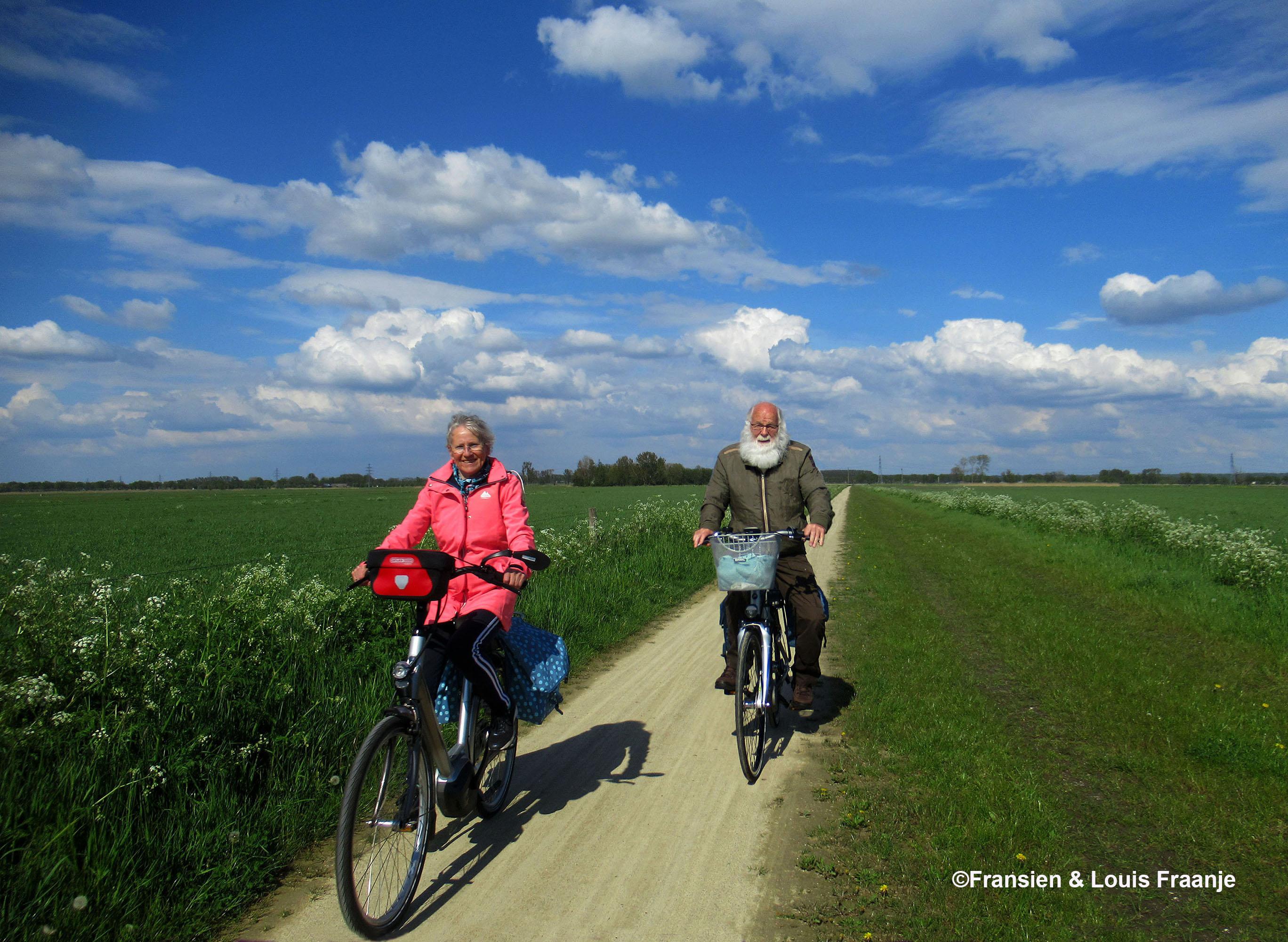 Fietsend tussen de Grift en Maatsteeg, Fransien voorop, zoals het hoort..... grapje.- Eigen opname: ©Fransien & Louis Fraanje